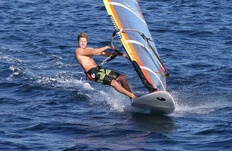 windsurfing vs kitesurfing - which one is the best